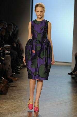 armand basi vestido morado london fashion week