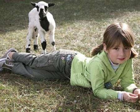 niña vestida de verde naturaleza chiquiboy