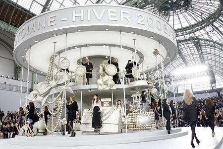 espectacular escenario de la semana de la moda de paris
