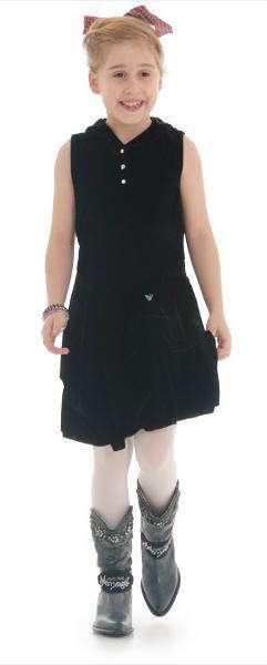 niña con vestido y botas armani
