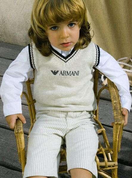 niño con chaleco armani
