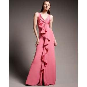 d1fd3929c El vestido rosa con volantes puede usarse con una estola o un echarpe de  seda blanco o marfil. El rosado es perfecto para la Navidad.
