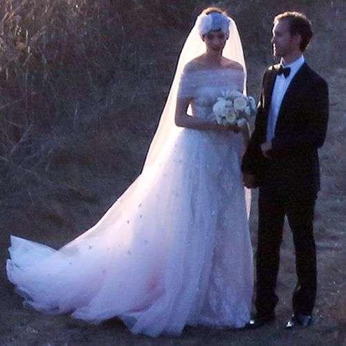 Anne Hathaway se casa con un vestido de Valentino