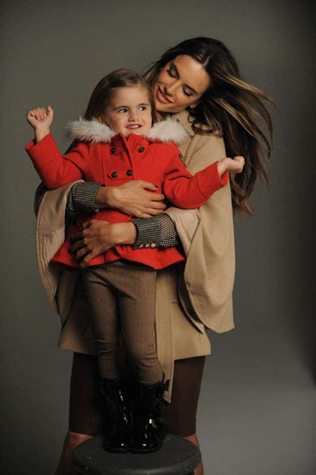 Alessandra Ambrosio modela para London Fog junto a su hija