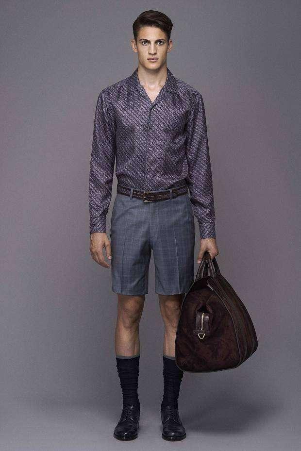 39715e6da038e Una estupenda bermuda corta y casual combinada con una camisa estampada muy  acertada. También vale destacar de esta colección de ropa para hombre  Brioni