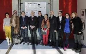 el presidente ejecutivo de IFEMA, Luis Eduardo Cortés; el director general de IFEMA, Fermín Lucas, y la directora de MERCEDES-BENZ FASHION WEEK MADRID, Leonor Pérez Pita, acompañados de algunos de los diseñadores participantes.