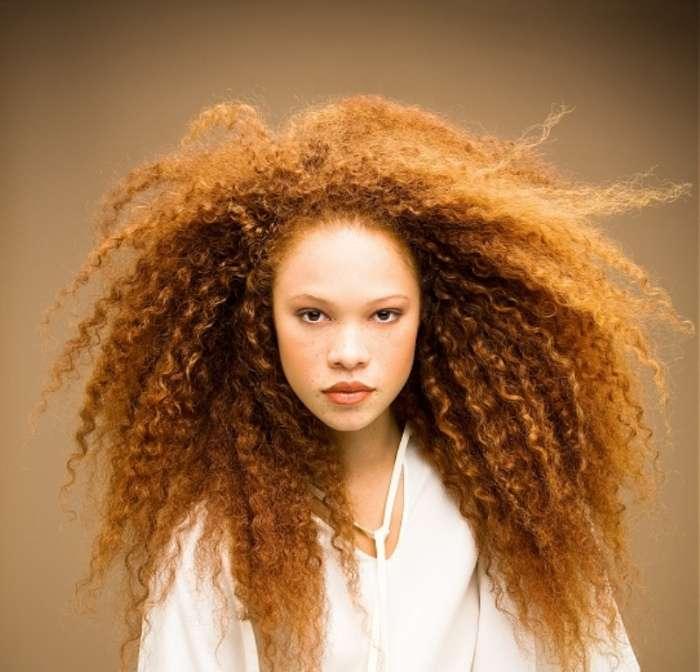 mujer con pelo rizado