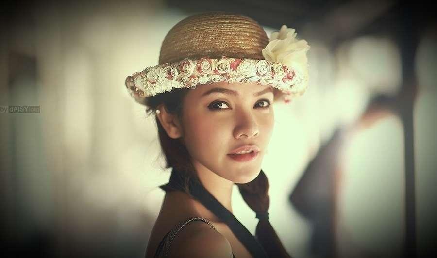 mujer con sombrero de flores