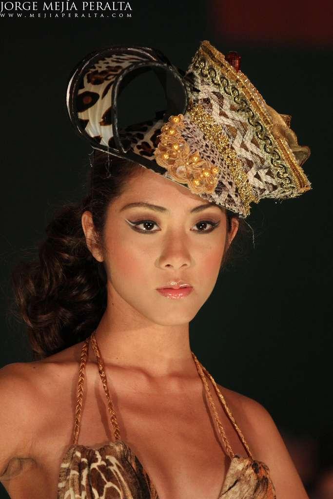 modelo con sombrero