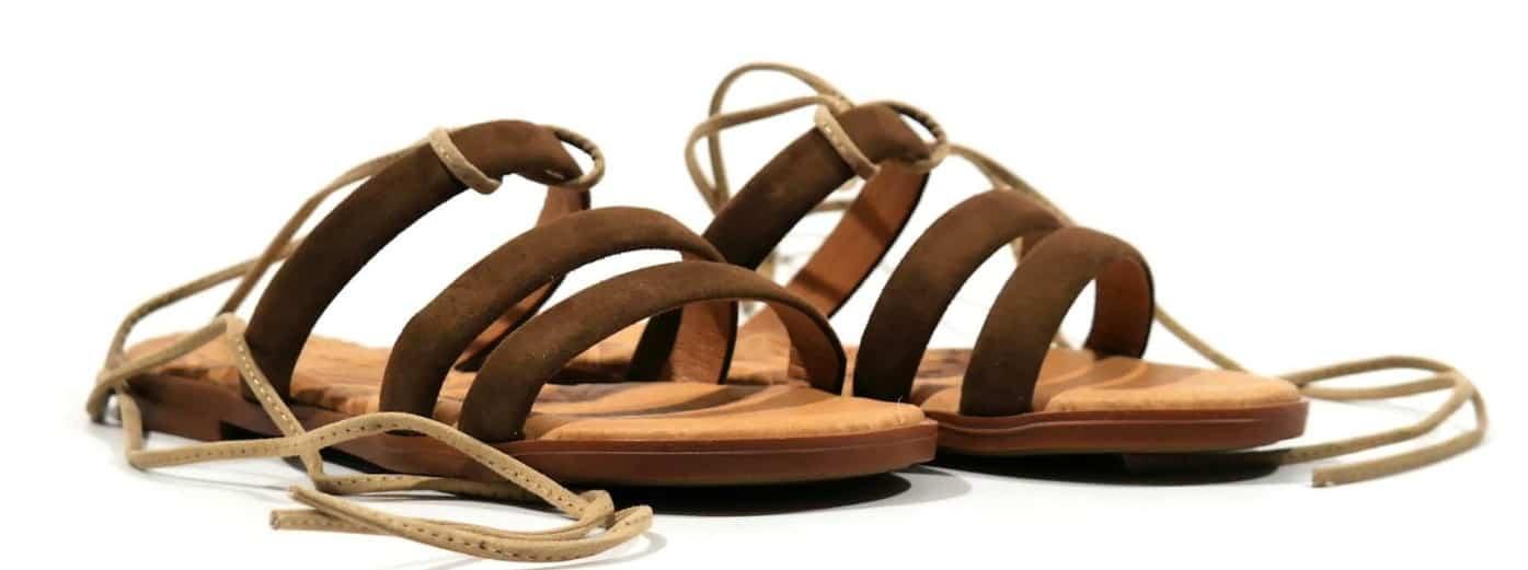 Sandalias marrones con tres tiras